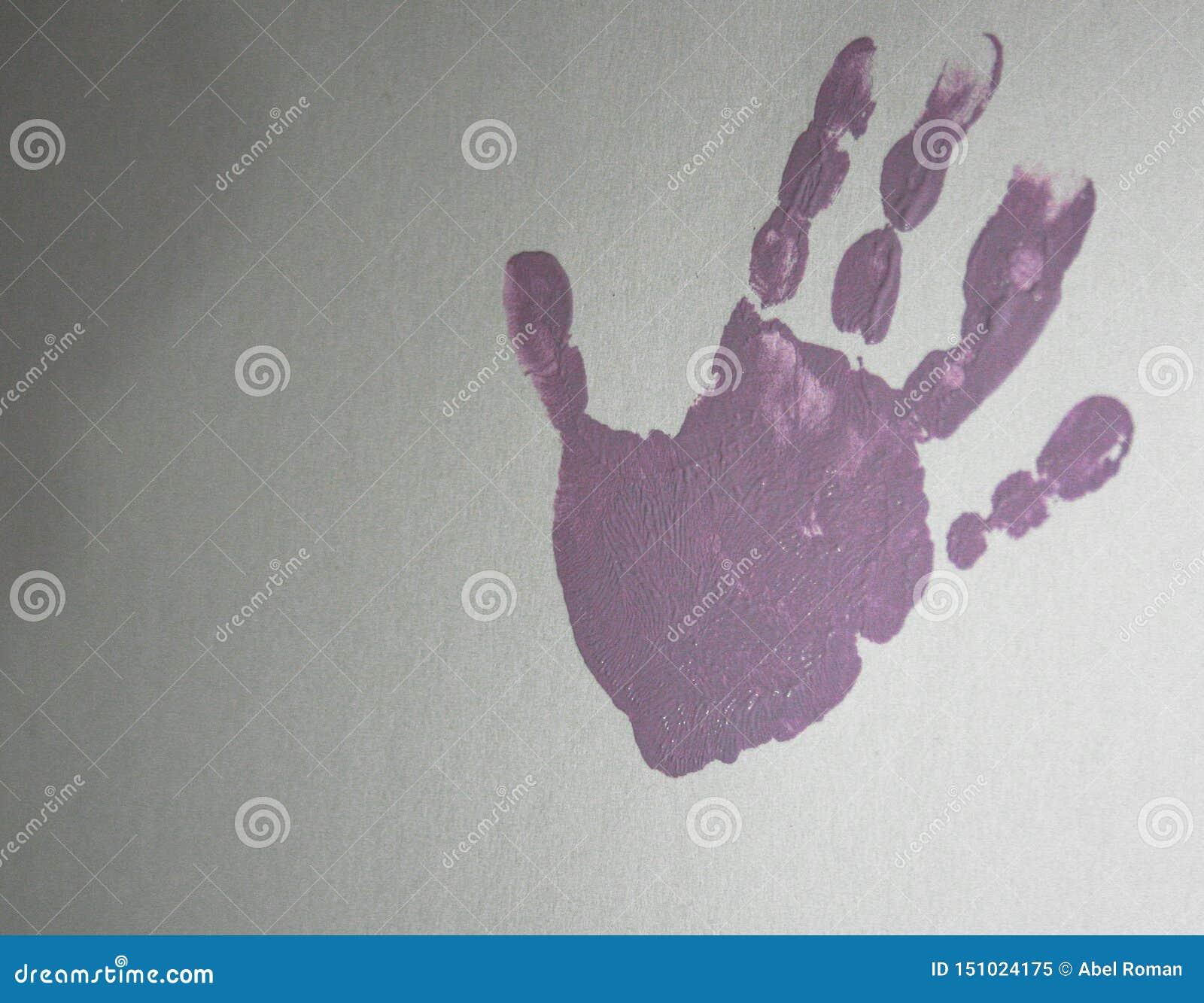 Handprint rosado de una mano en un fondo blanco de la cartulina