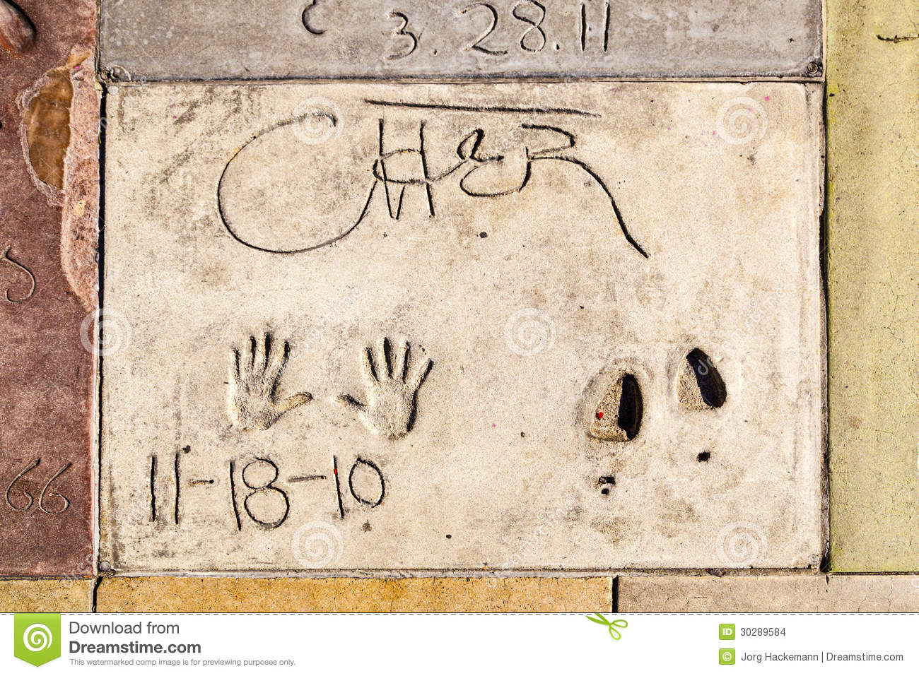 Handprints de Cher no bulevar de Hollywood no concreto do qui