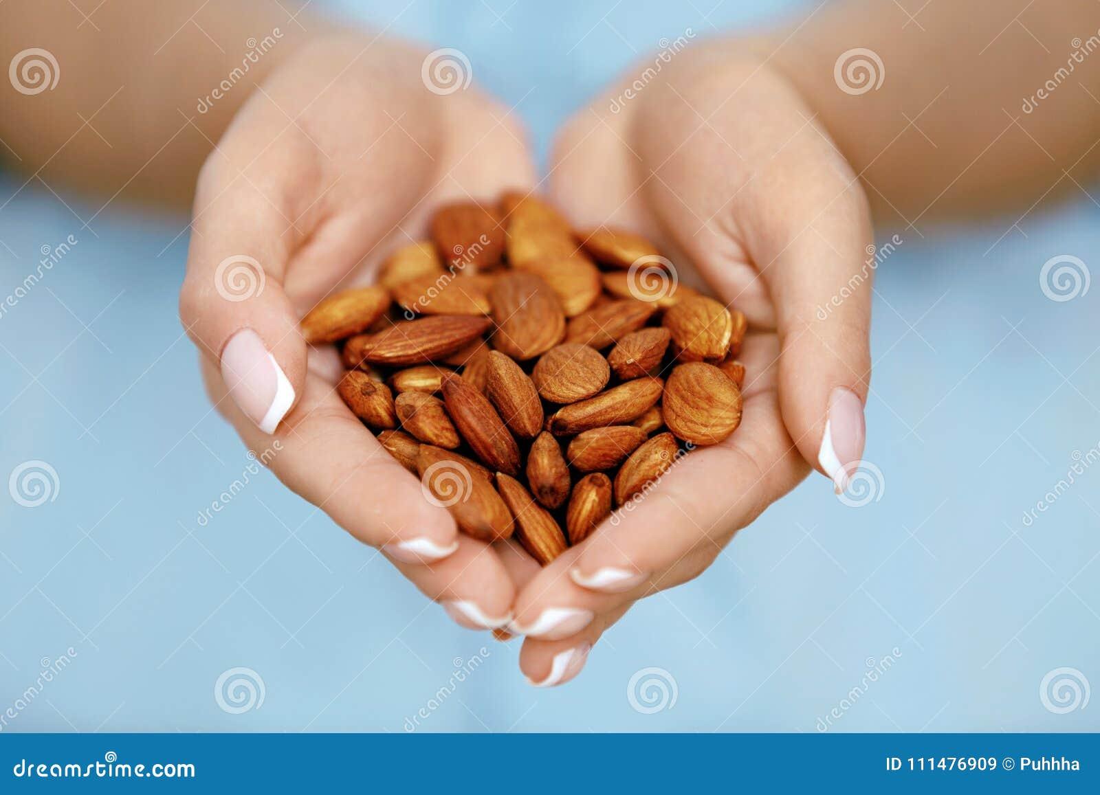 Hands muttrar Kvinnan räcker hållande sund mat
