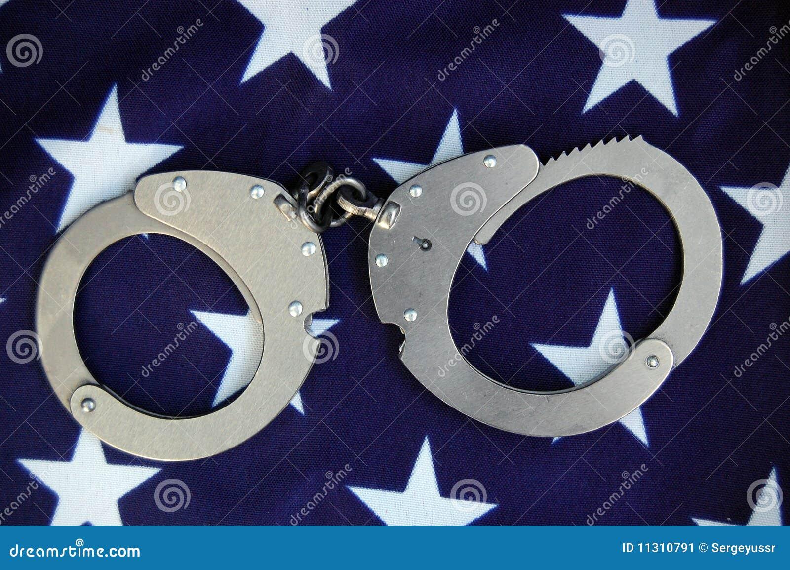 Handschellen und USA-Markierungsfahne