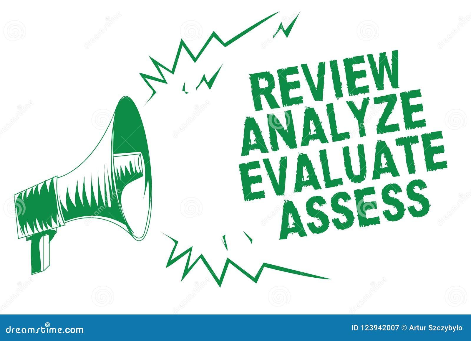 Handschrifttekst het schrijven het Overzicht analyseert evalueert beoordeelt Het concept die Evaluatie van prestaties betekenen k