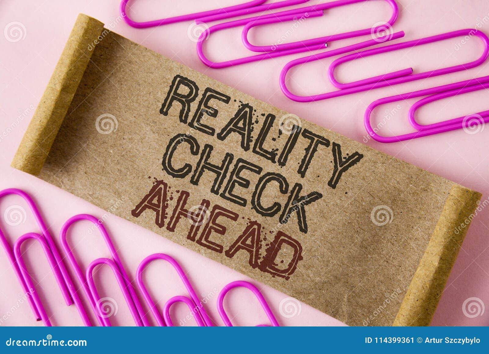 Handschrifttekst het schrijven Werkelijkheidscontrole vooruit De conceptenbetekenis onthult waarheid wetend werkelijkheid vermijd