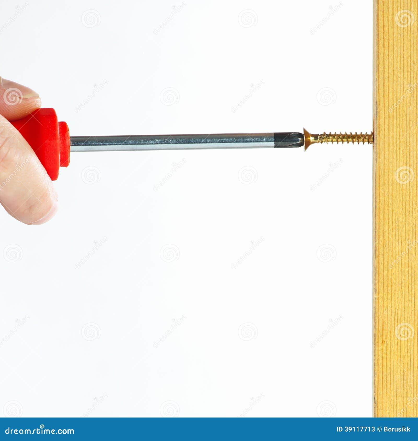 Handschroeven in houten muur met schroevedraaier