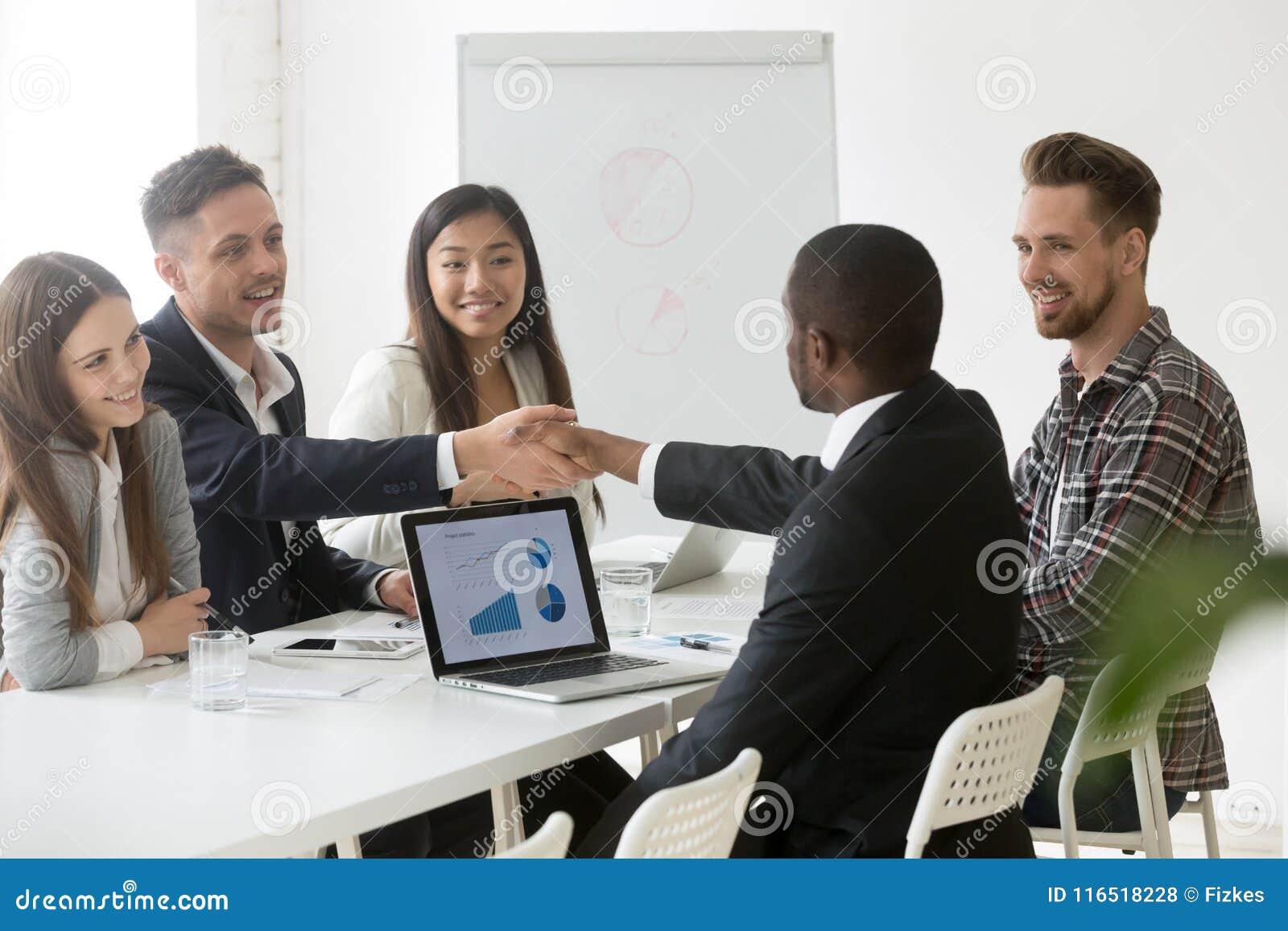 Handshake multirazziale soddisfatto degli uomini d affari dopo il riuscito g