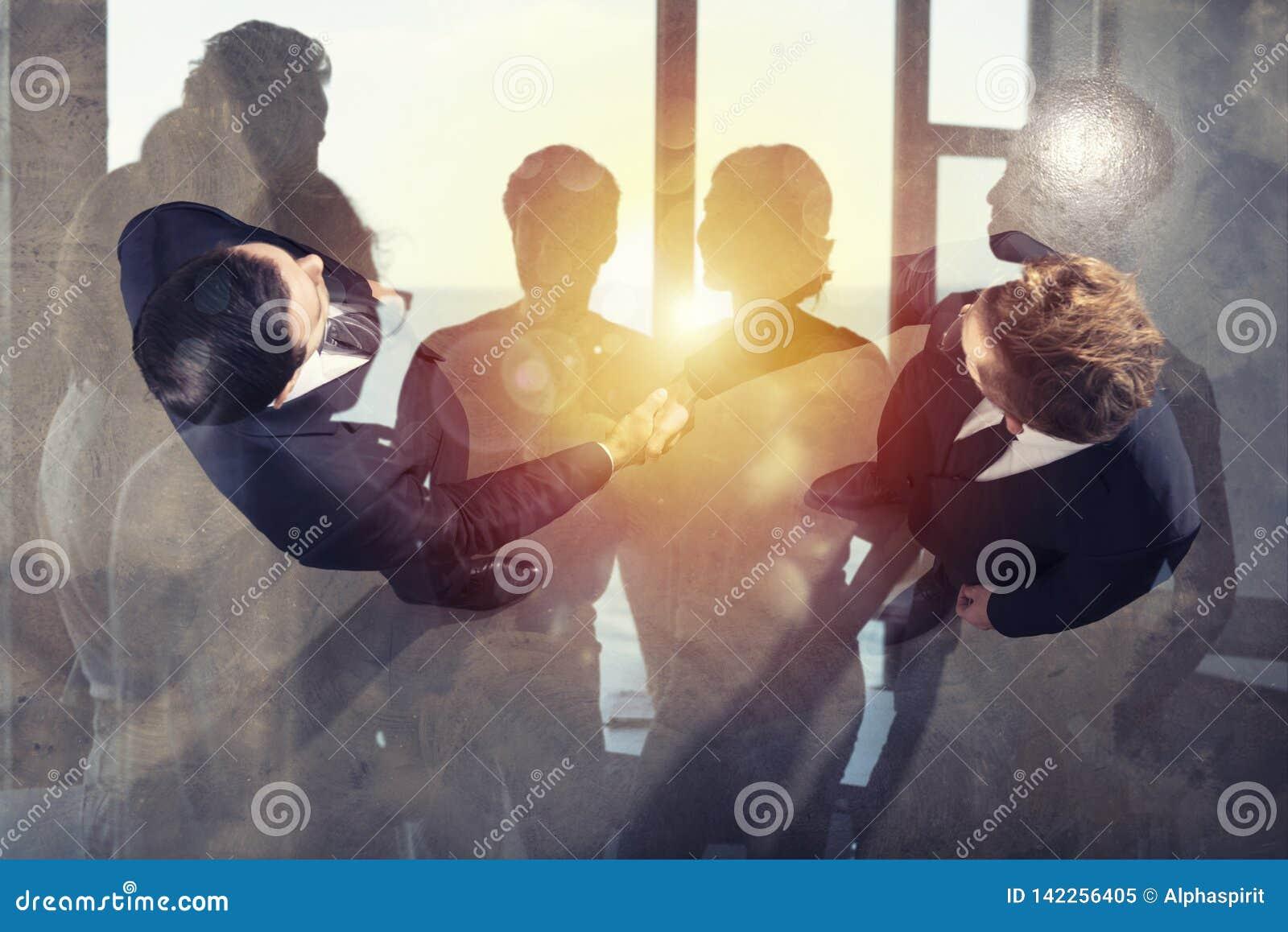 Handshaking biznesowa osoba w biurze Pojęcie praca zespołowa i partnerstwo podwójny narażenia