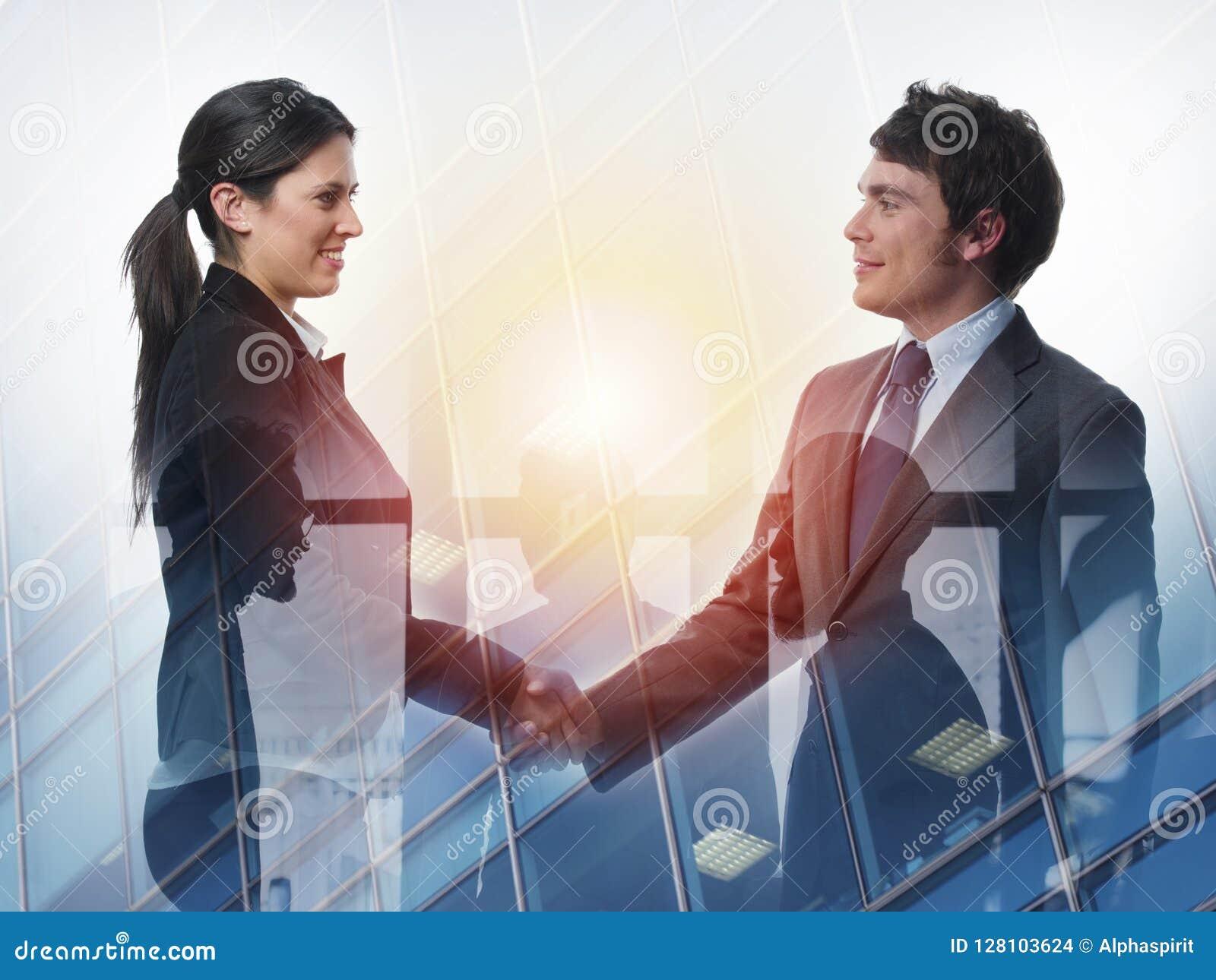 Handskakning av begreppet för två businessperson i regeringsställning av partnerskap och teamwork dubbel exponering