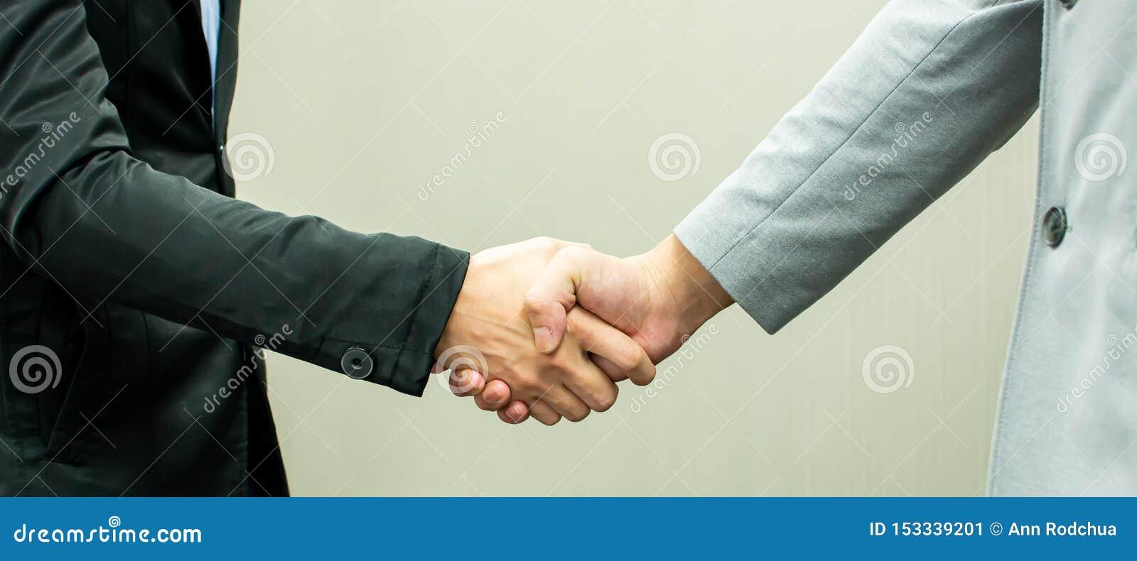 Handskakning av män för affärsöverenskommelse