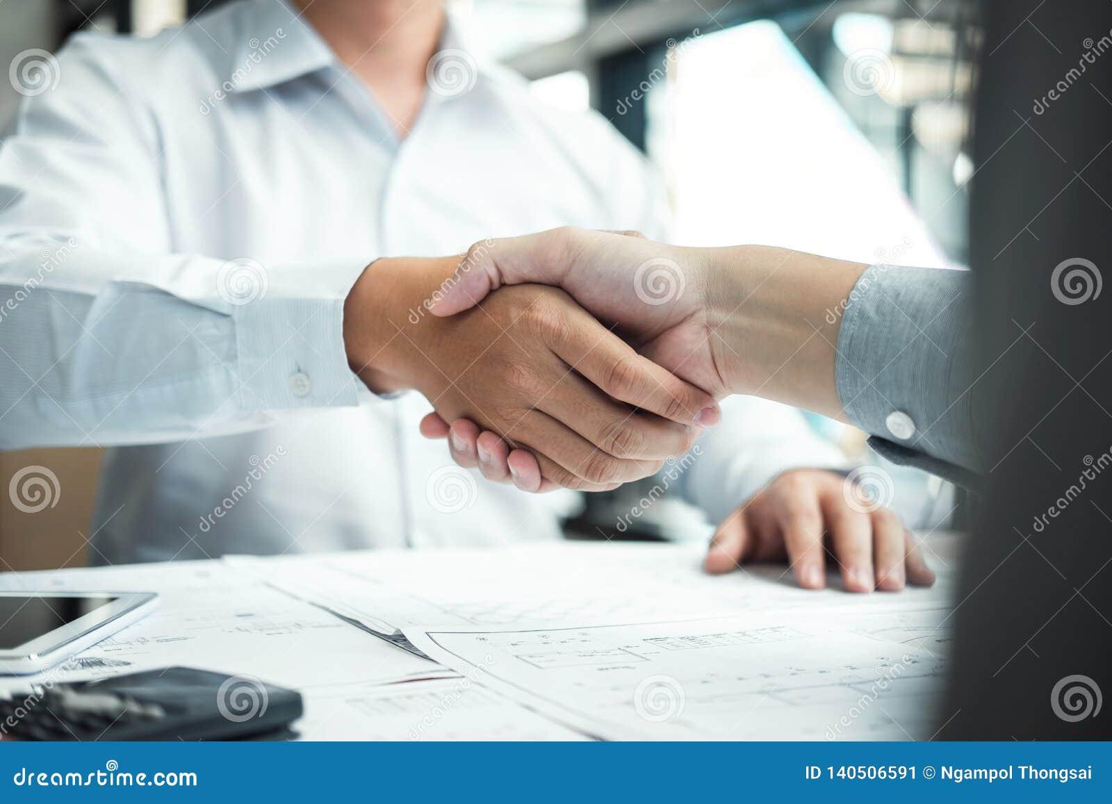 Handskakning av samarbete, konstruktionsteknik eller arkitekten att diskutera en ritning och en byggande modell, medan kontroller