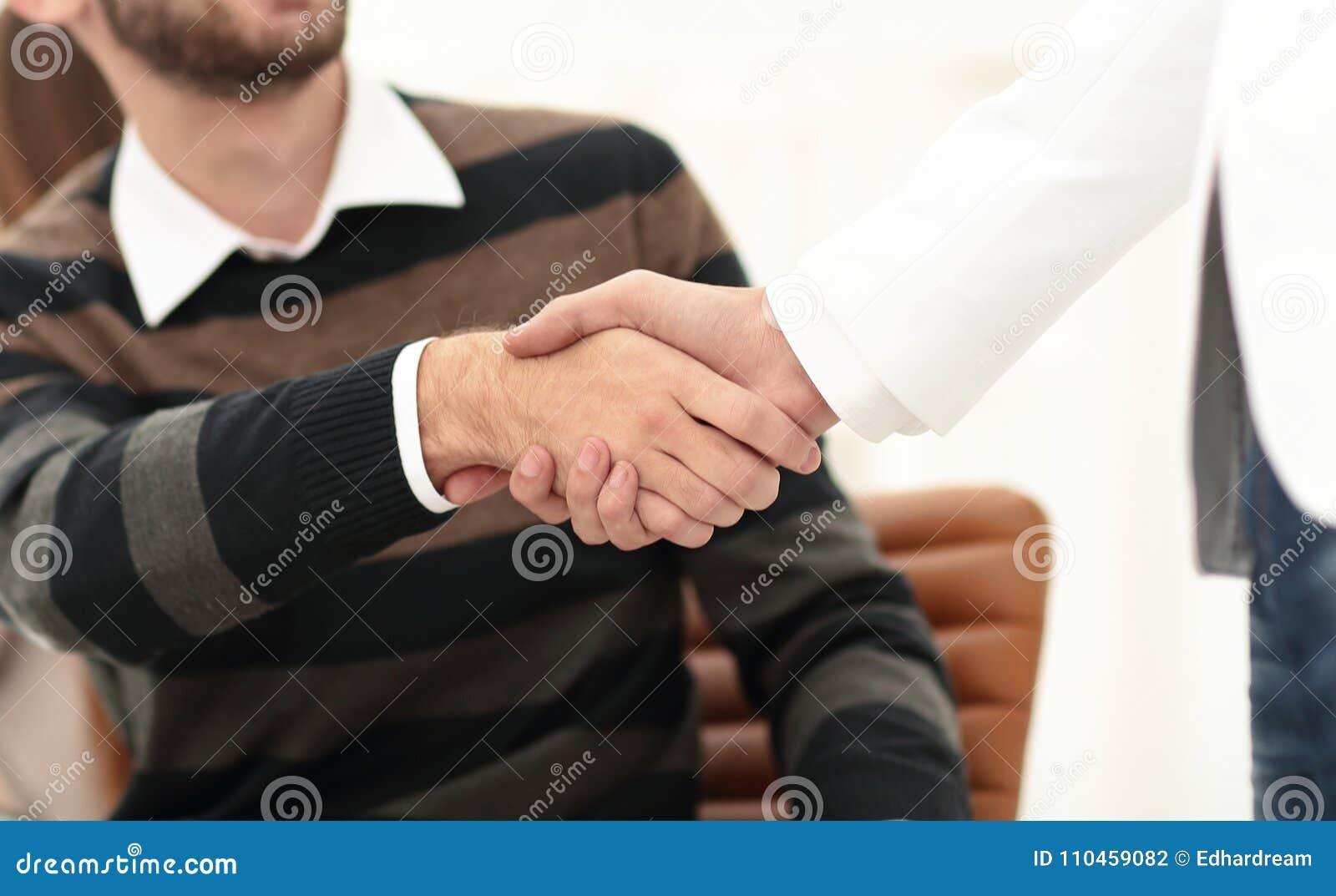 Handskakning mellan kollegor i arbetsplatsen