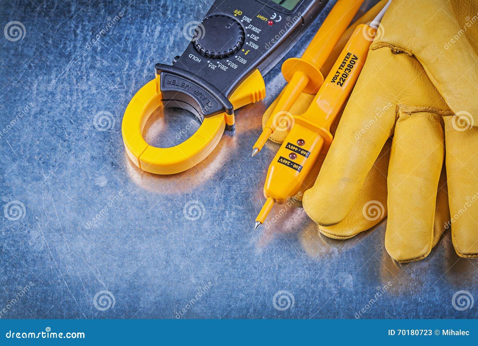 Handskar för säkerhet för tester för Digital amperemeter elektriska på metallisk surfac
