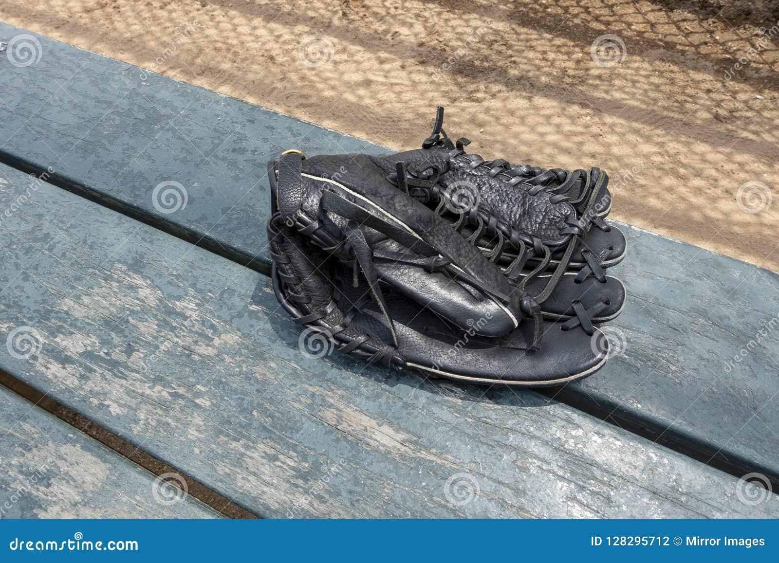 Handske för svartläderbaseball på rollbesättningen för bänksmetstaket