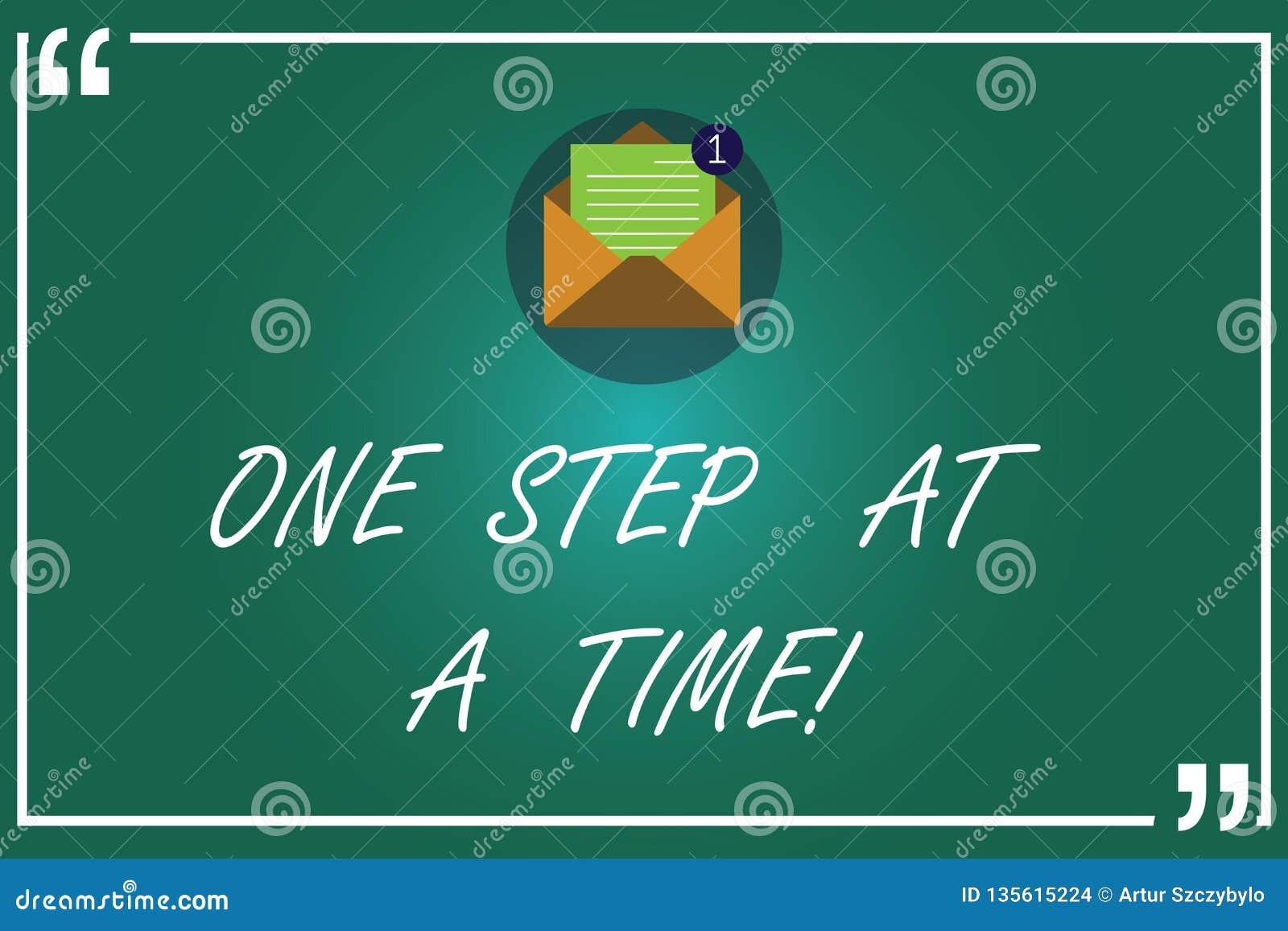 Handskrifttext som i sänder skriver ett moment Små handlingar för begreppsbetydelse att gå långsamt men stadigt att nå öppen fram
