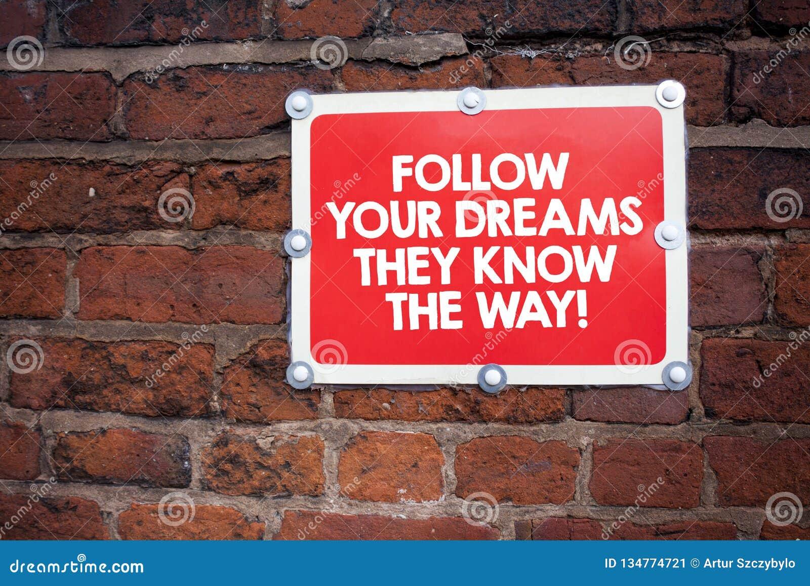 Handskrifttexthandstil följer dina drömmar som de vet vägen Begrepp som betyder inspirationmotivation för att få framgång