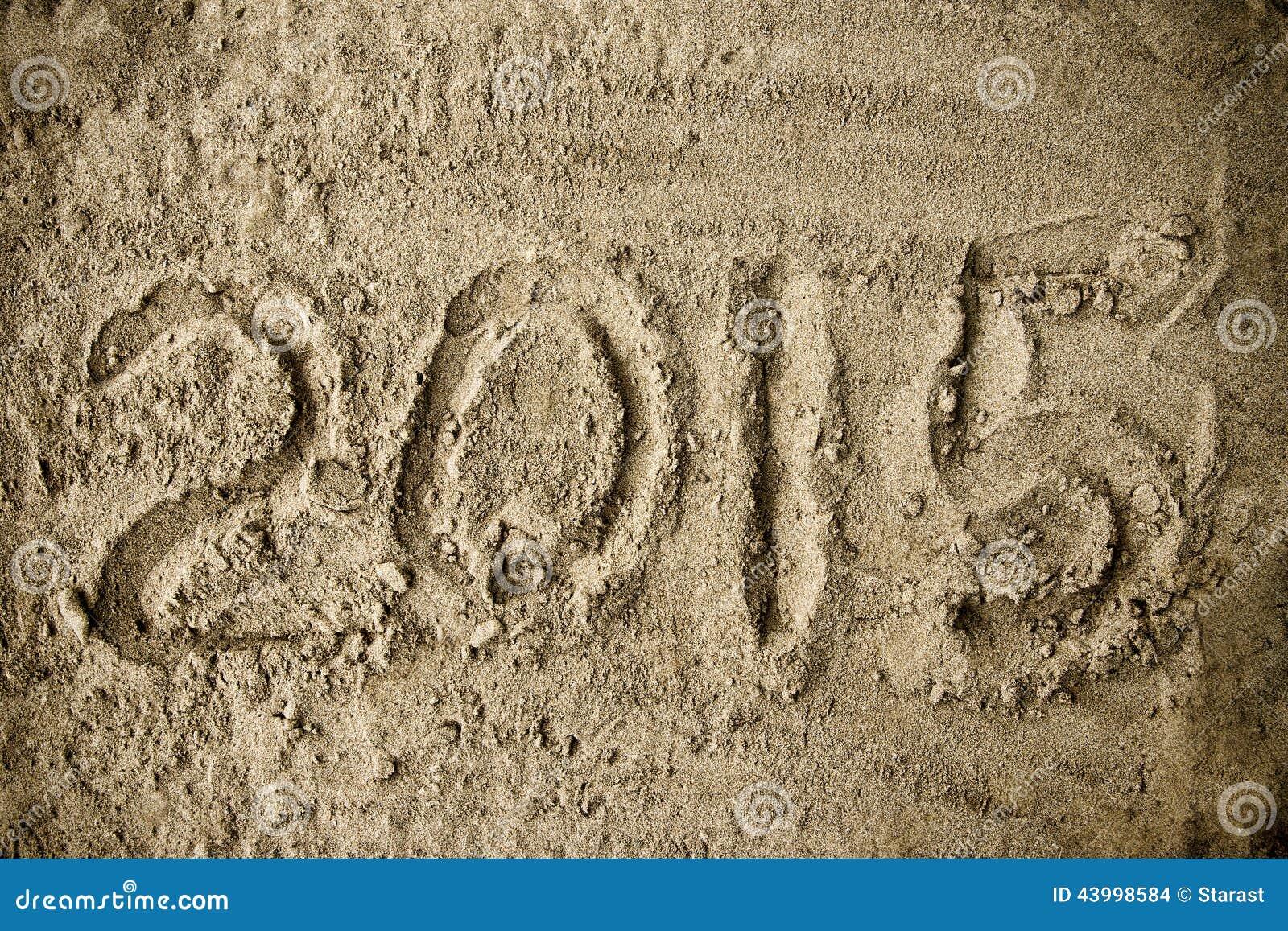 Handskrivet år 2015 på strandsanden