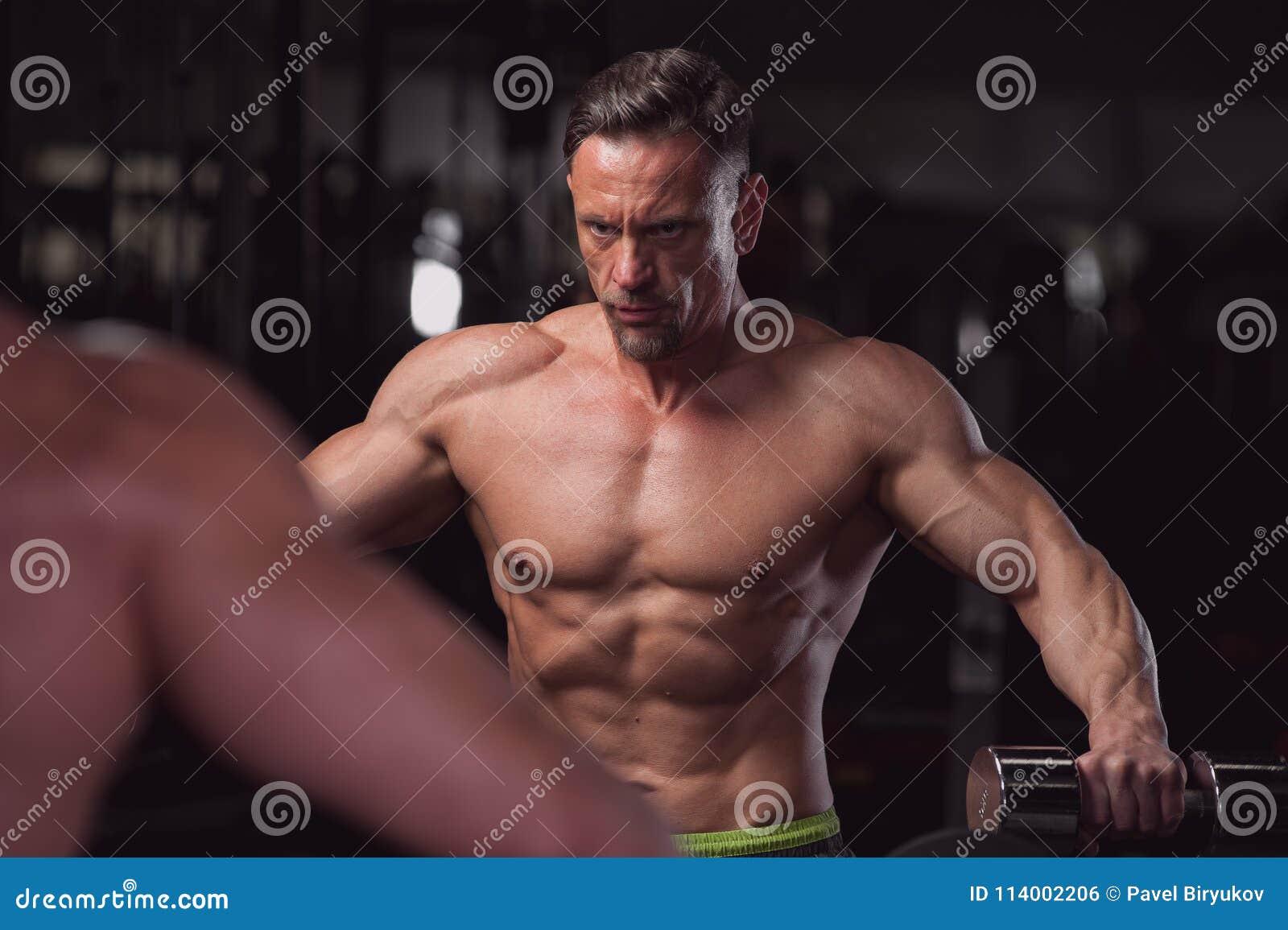 fitness-model-posiert-nackt-beine