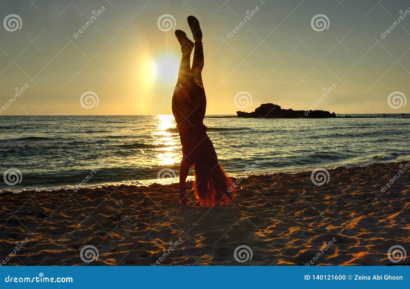 Handstand bij het strand