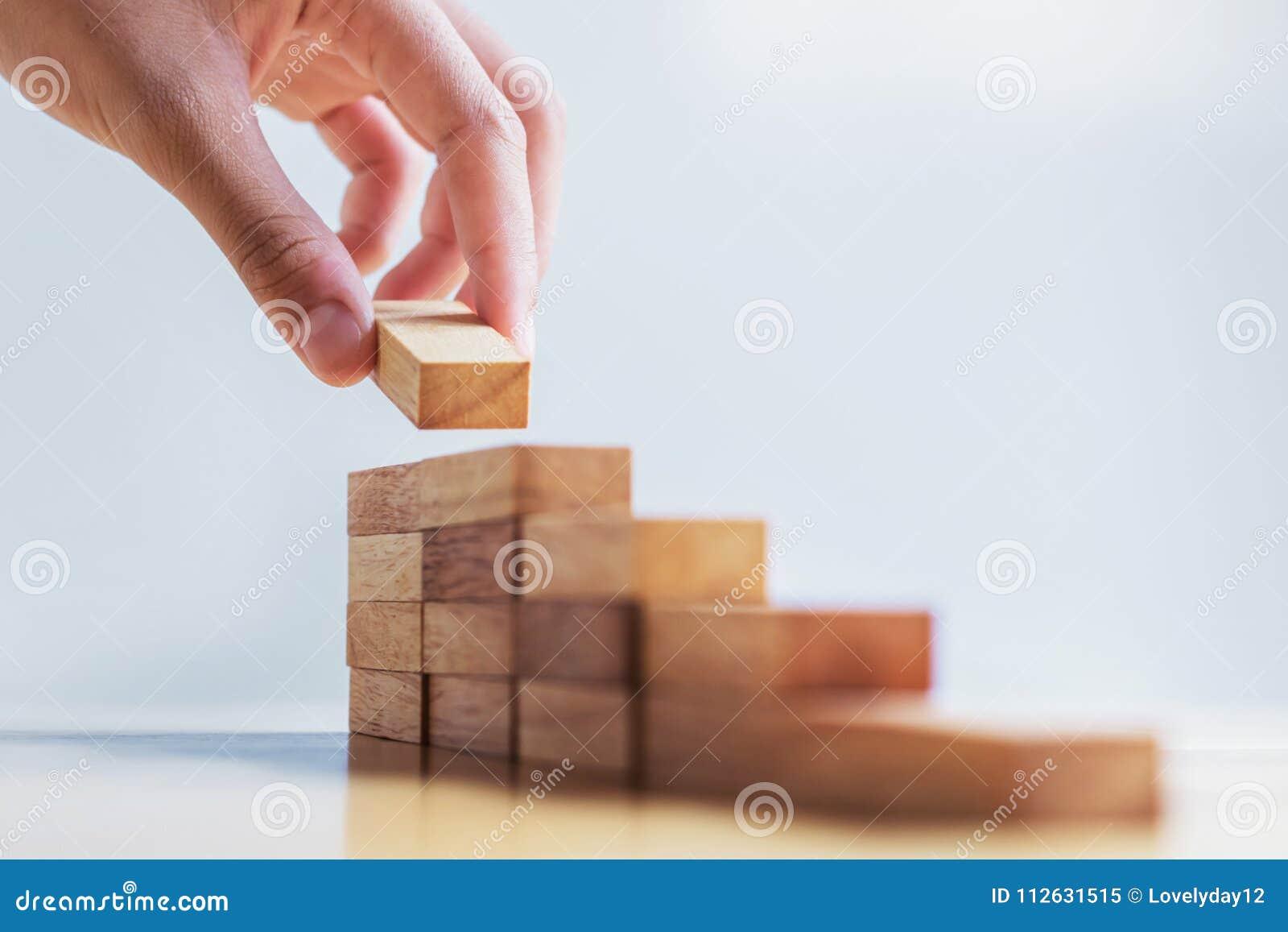 Handstapel-Holzblockschritt auf Tabelle conce der wirtschaftlichen Entwicklung