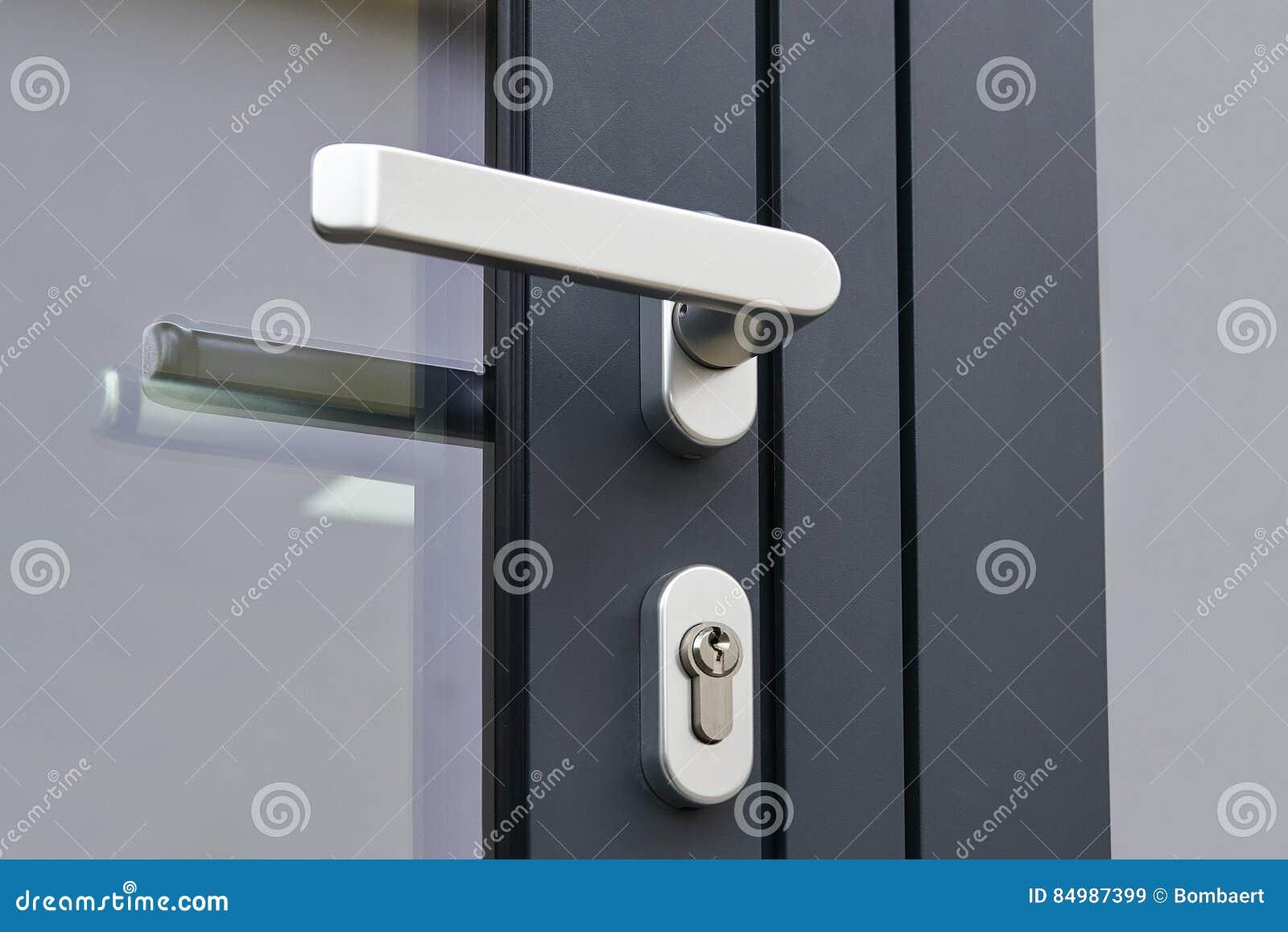 Handtag för yttre dörr och säkerhetslås