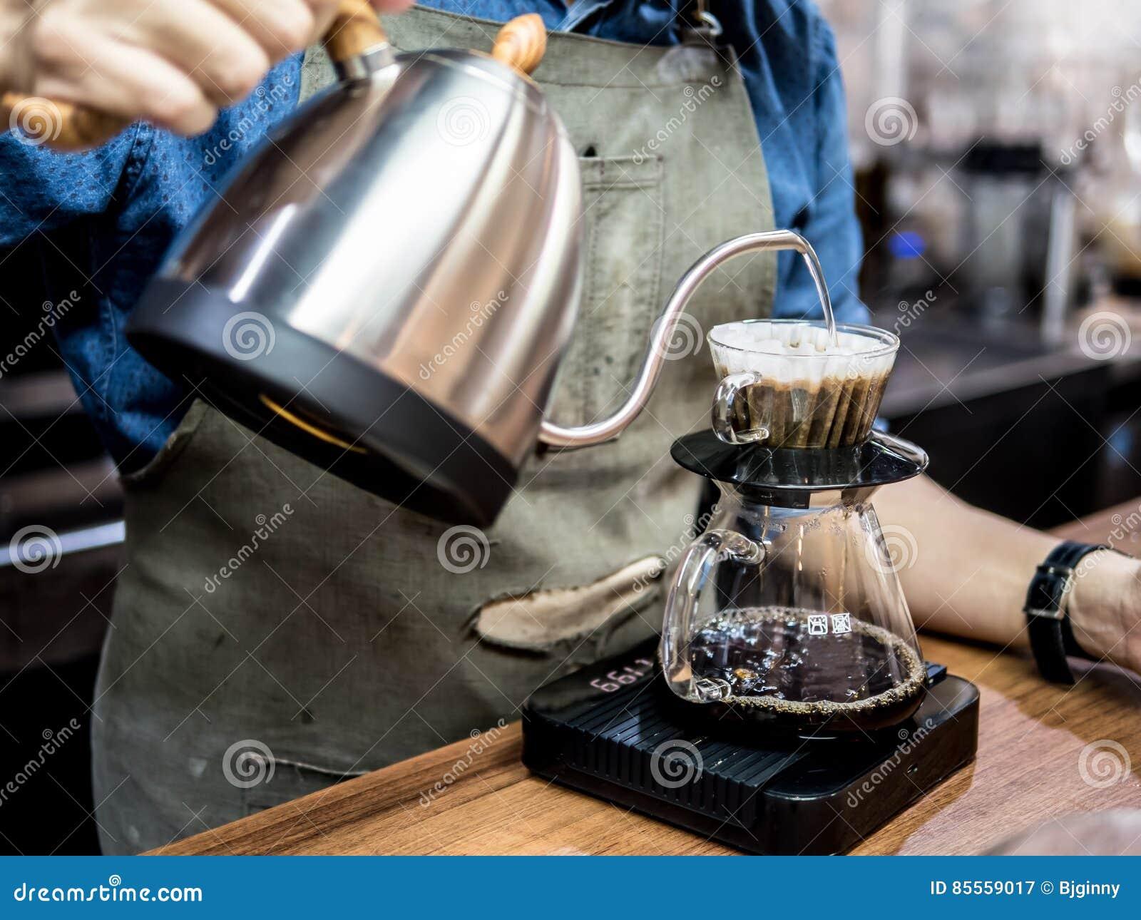 Handtropfenfängerkaffee Strömendes Wasser Barista