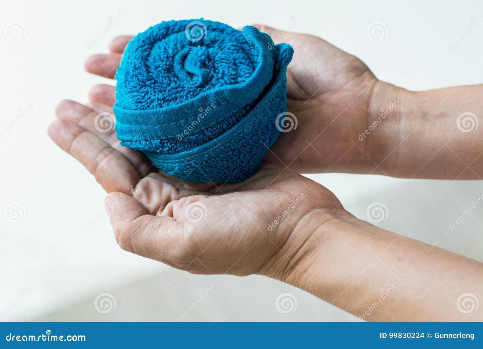 Handtuch gerolltes Design an Hand