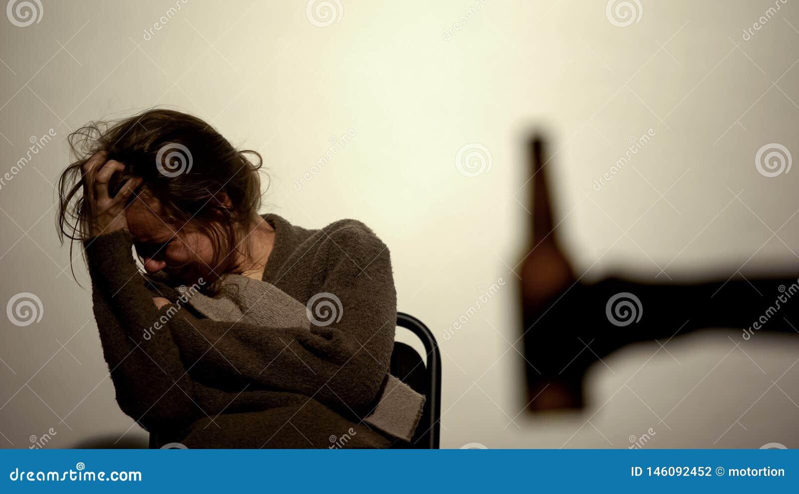 Handvisningflaska med den hemfallna kvinnan för ölalkohol, rehabilitering, viljekraft