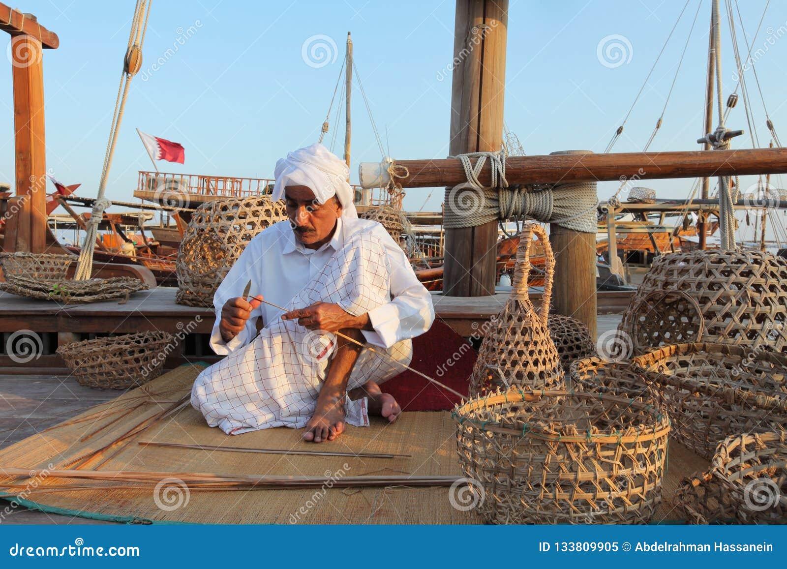 Handwerker, der traditionelle Fischereikörbe macht