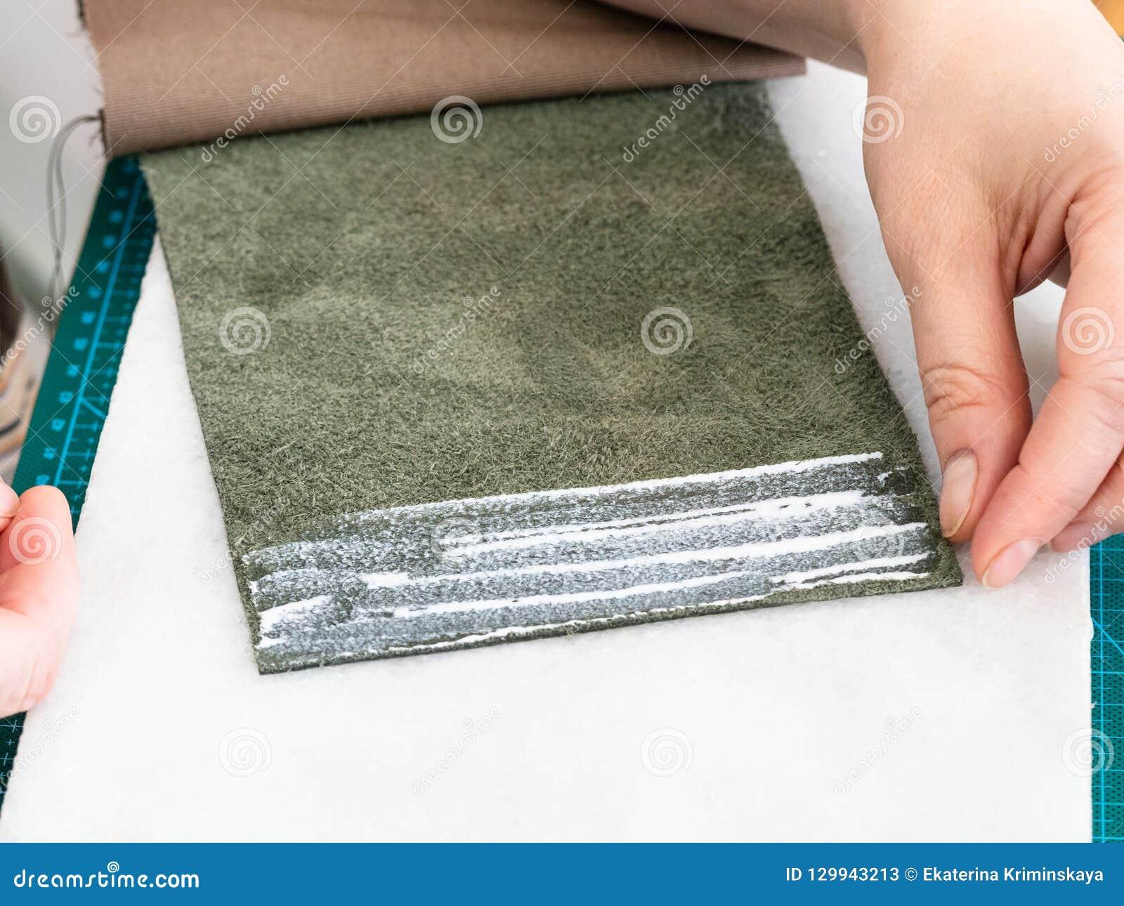 Handwerker setzt eine Schicht Kleber auf den Taschenrand