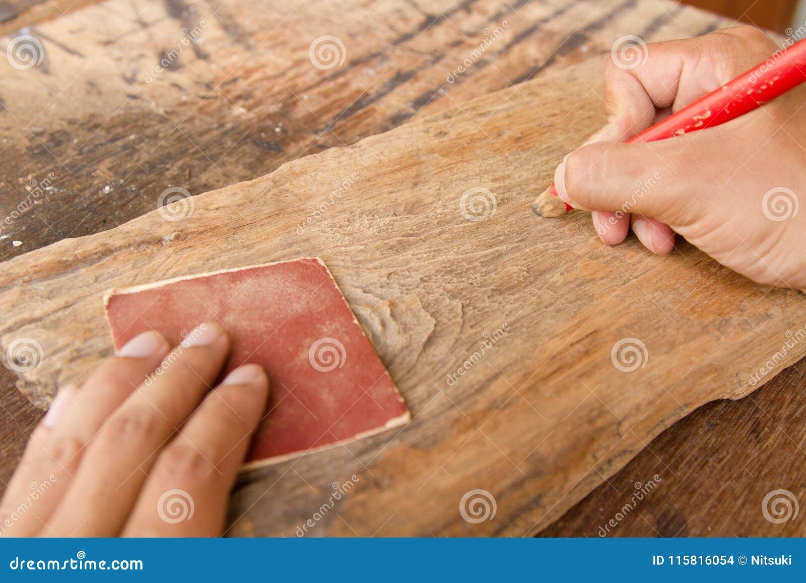Handwerker- und Holzarbeitwerkzeuge am Arbeitsplatz