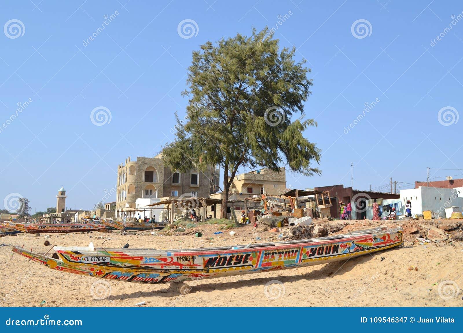 Handwerkliche hölzerne Fischerboote Pirogues im zierlichen CÃ te von Senegal, West-Afrika