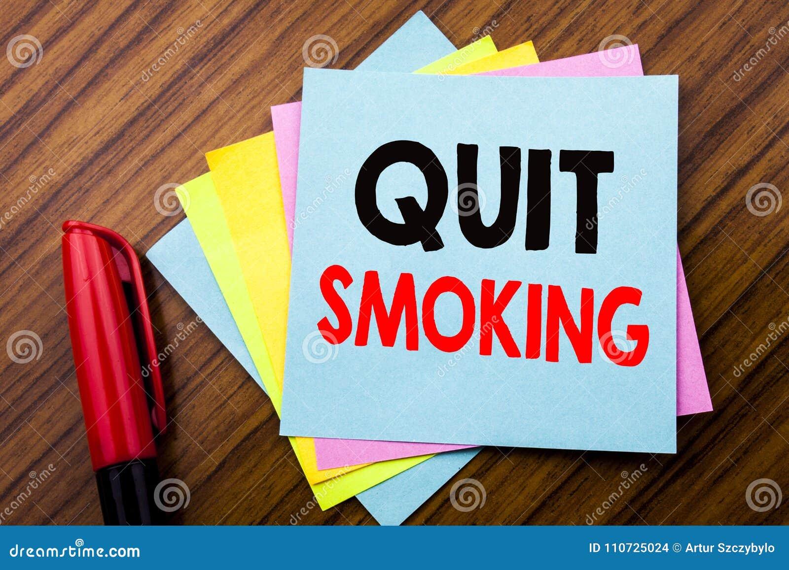 Handwriting zawiadomienia teksta Skwitowany dymienie Pojęcie dla przerwy dla papierosu Pisać na kleistego kija nutowym papierze z