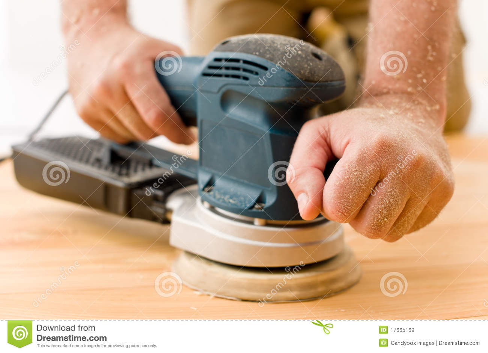 Handyman να στρώσει με άμμο βασική&