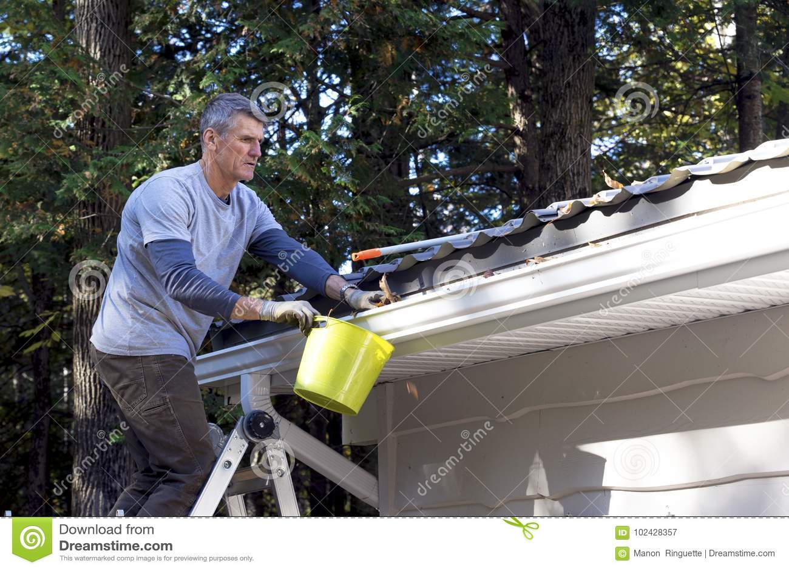Handyman που εκτελεί την εγχώρια συντήρηση -
