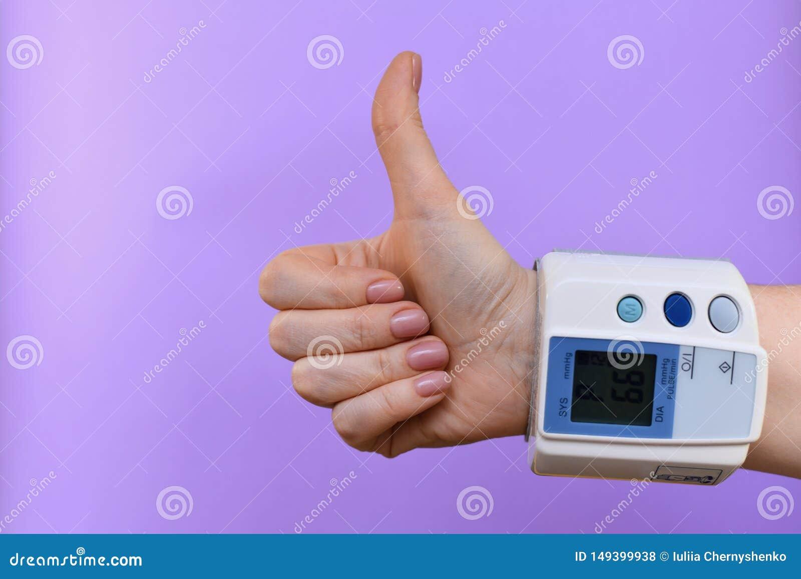 Handzeichen mit einem tonometer auf dem Handgelenk
