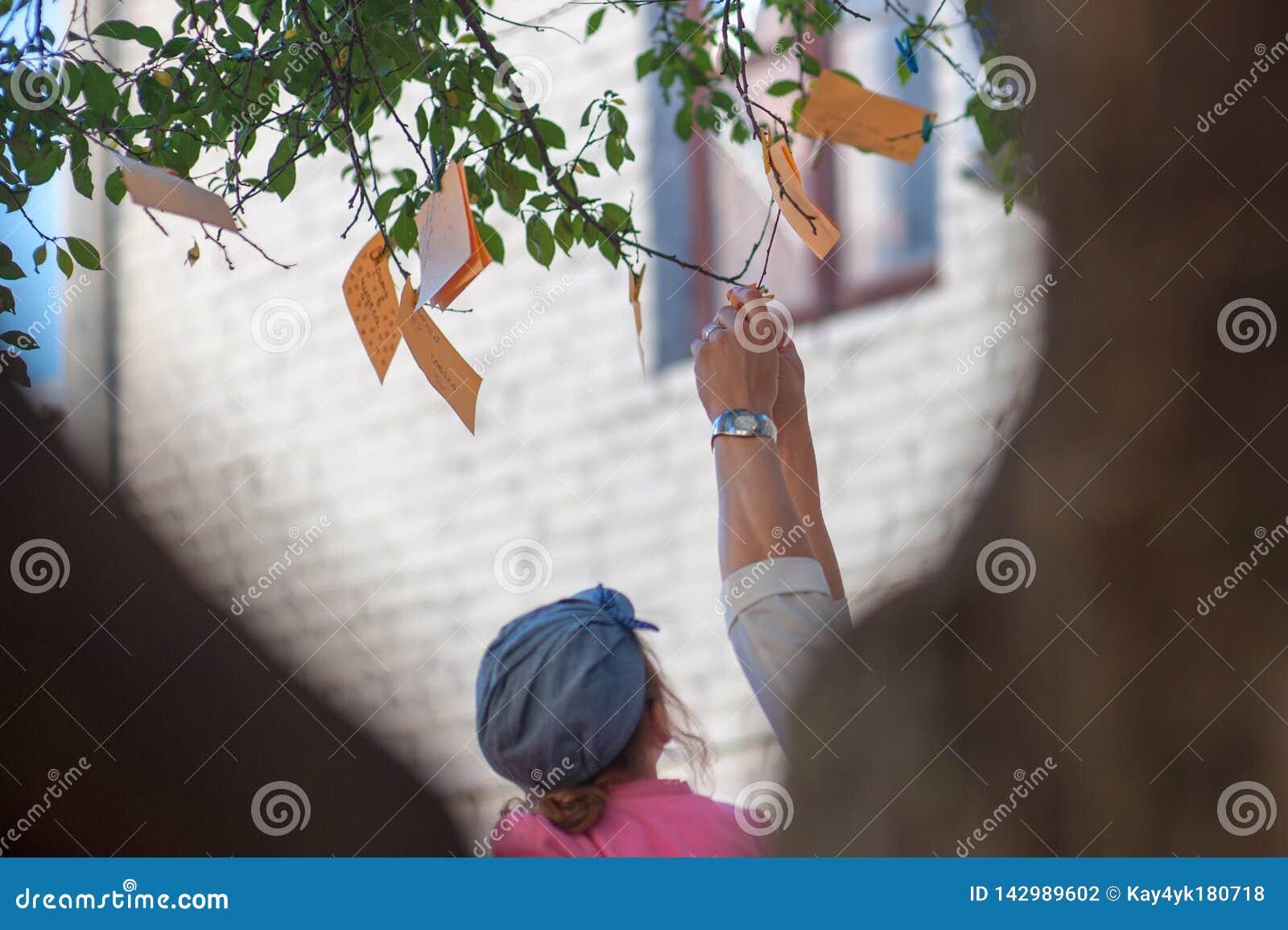 Hang nota s met wensen op een boom, nota s van oranje kleur