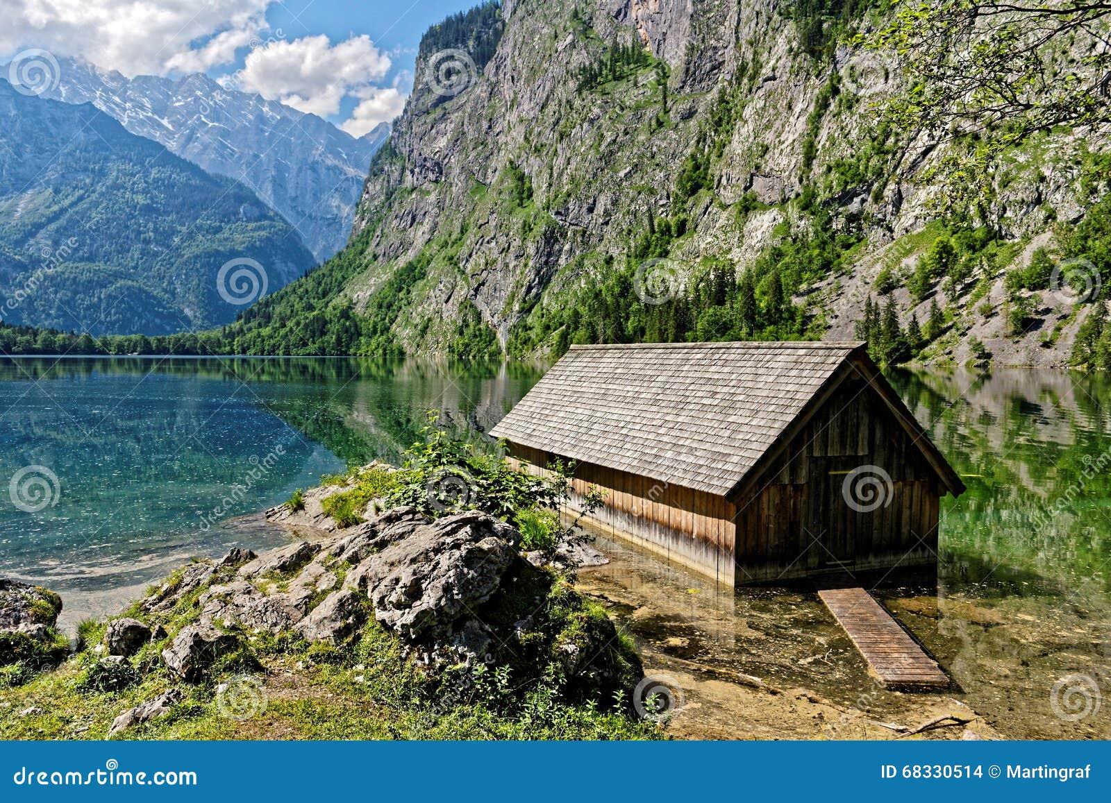Hangar à bateaux dans le lac scénique de montagne