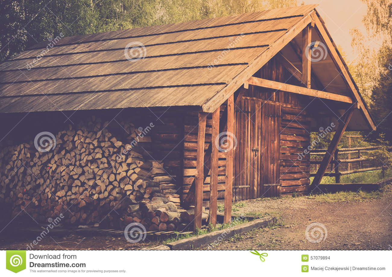 hangar et rondins en bois photo stock image du logs 57079894. Black Bedroom Furniture Sets. Home Design Ideas