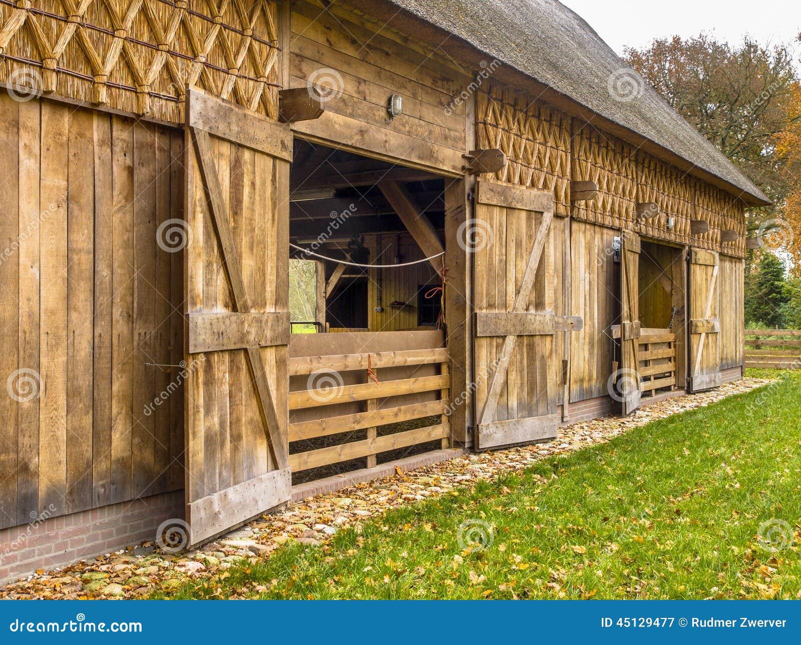 hangar traditionnel dans le style n erlandais de b timent drenthe pays bas photo stock image. Black Bedroom Furniture Sets. Home Design Ideas