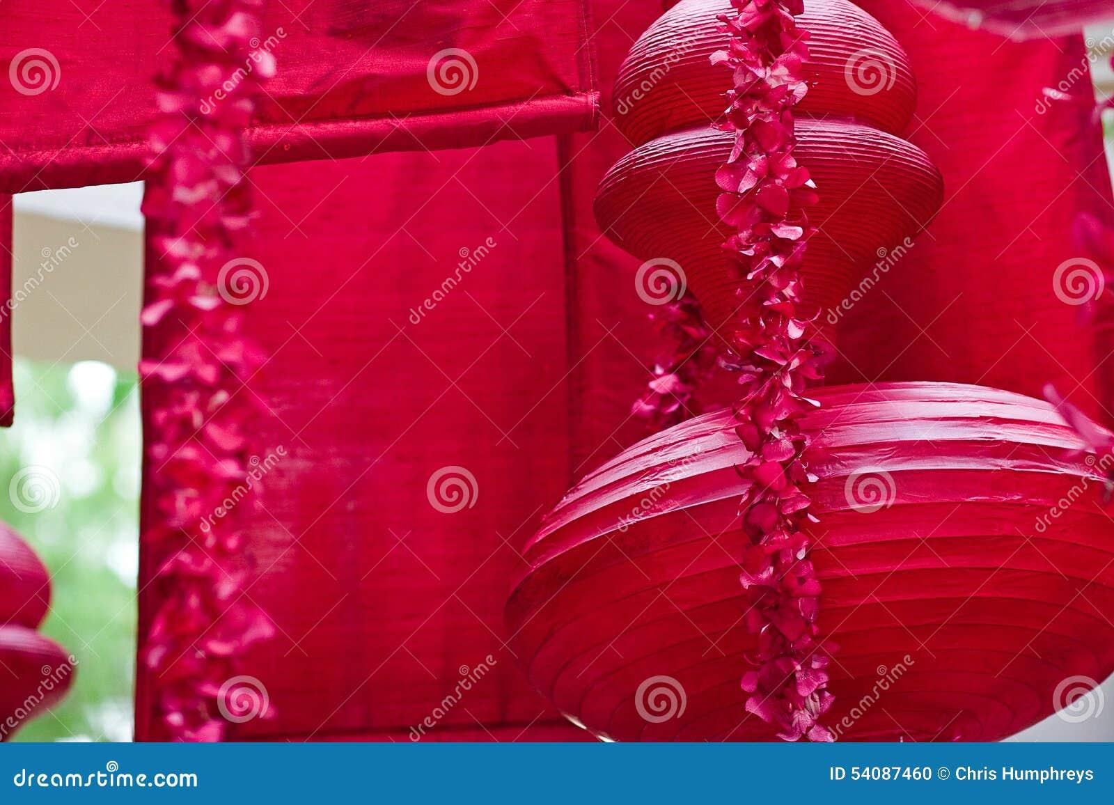 Hangend rood Aziatisch lantaarns en decor