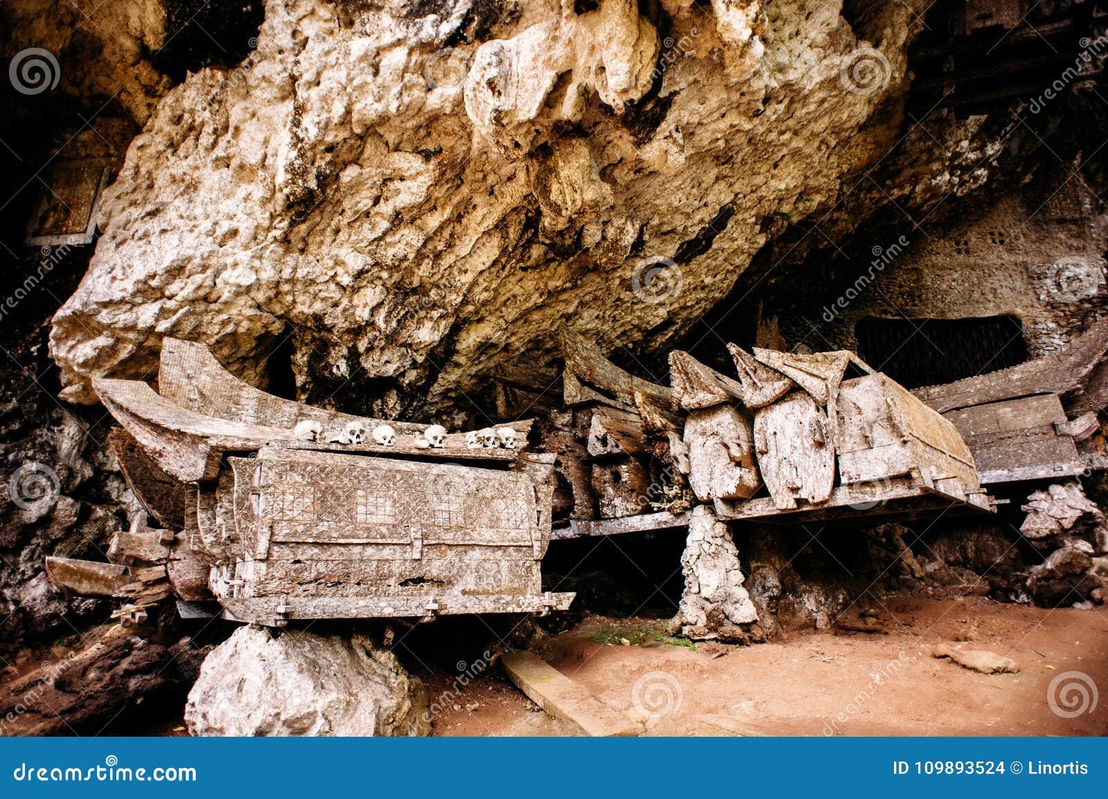 Hangende doodskisten, graven Oude doodskist met schedels en beenderen dichtbij op een rots Kete Kesu in Rantepao, Tana Toraja, In
