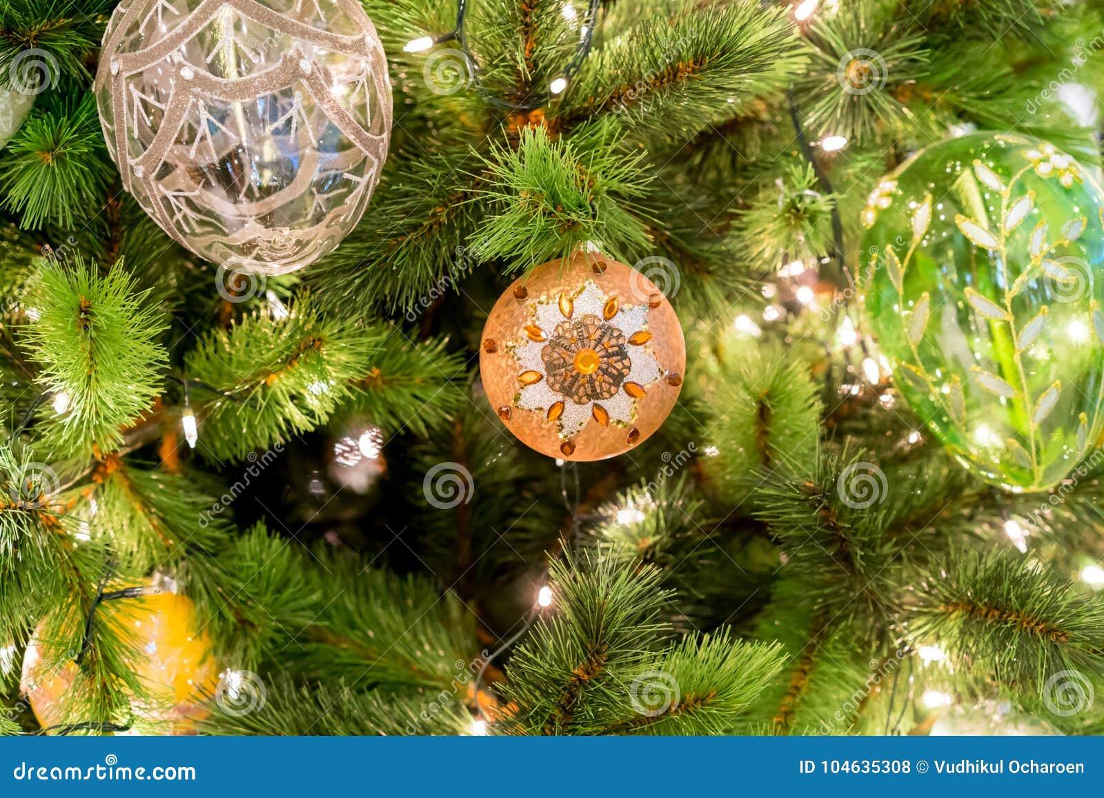 Download Hangende Glanzende Gouden Bal En Zilveren Kerstmiskroon Met Tinse Stock Foto - Afbeelding bestaande uit decor, gift: 104635308