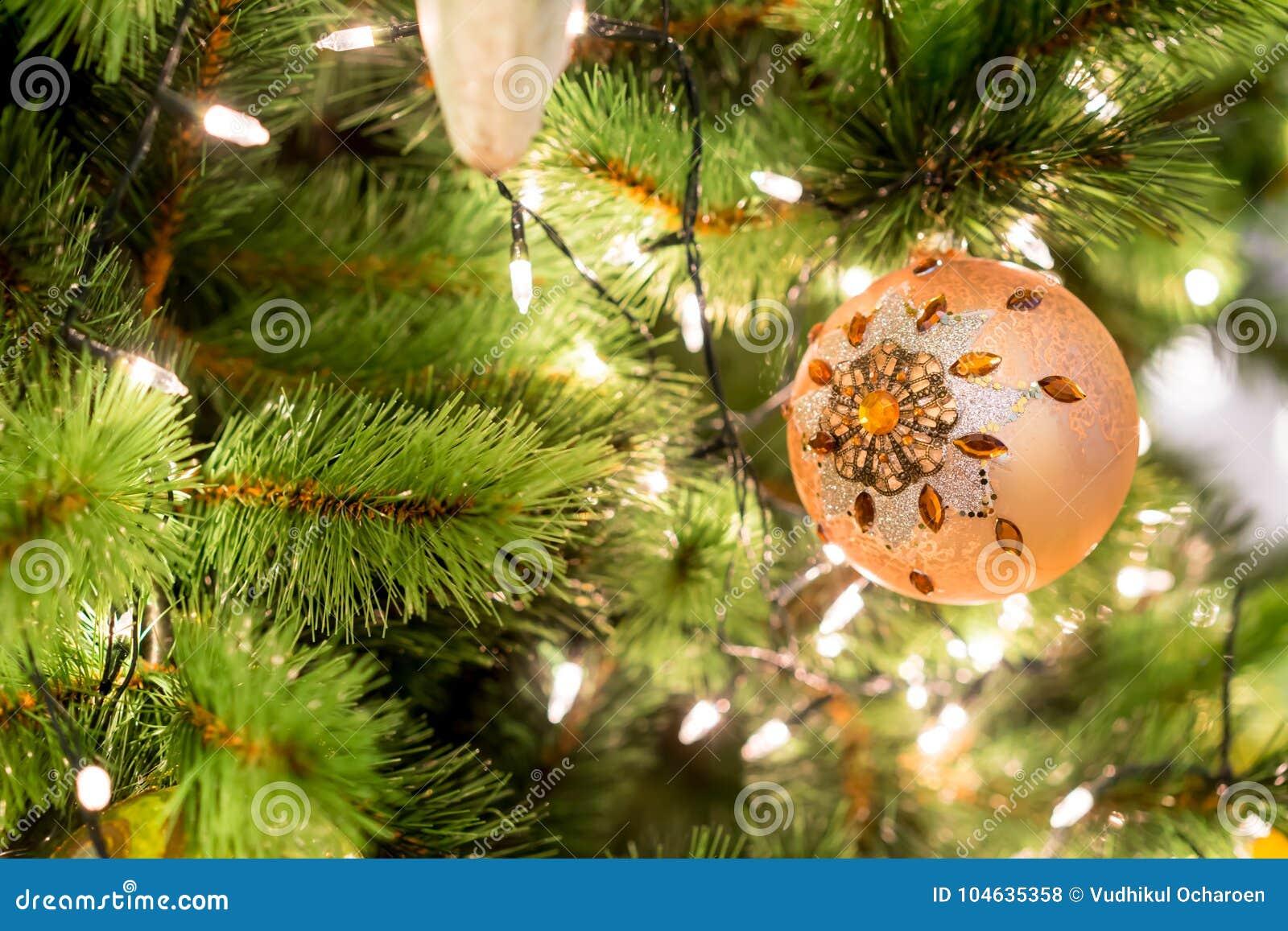 Download Hangende Glanzende Gouden Bal En Zilveren Kerstmiskroon Met Tinse Stock Foto - Afbeelding bestaande uit album, kerstmis: 104635358