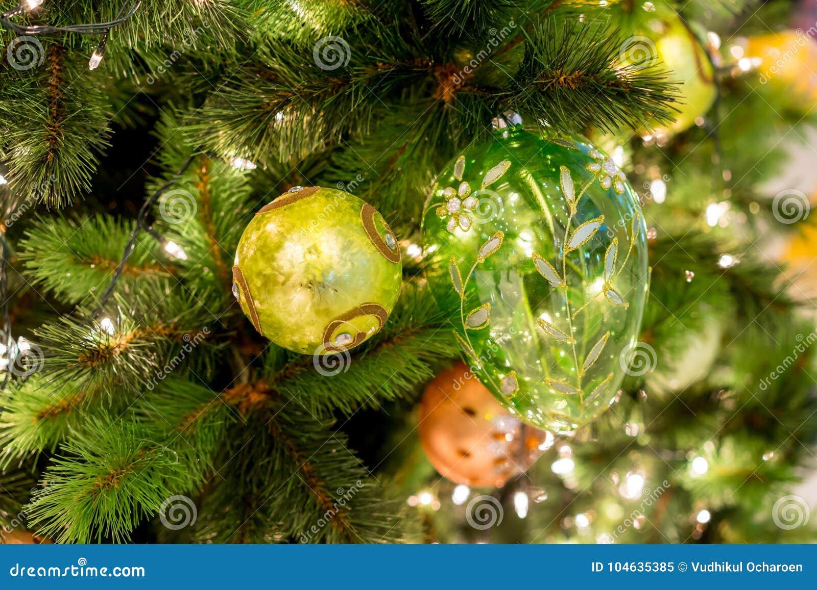 Download Hangende Glanzende Gouden Bal En Zilveren Kerstmiskroon Met Tinse Stock Afbeelding - Afbeelding bestaande uit goud, geïsoleerd: 104635385