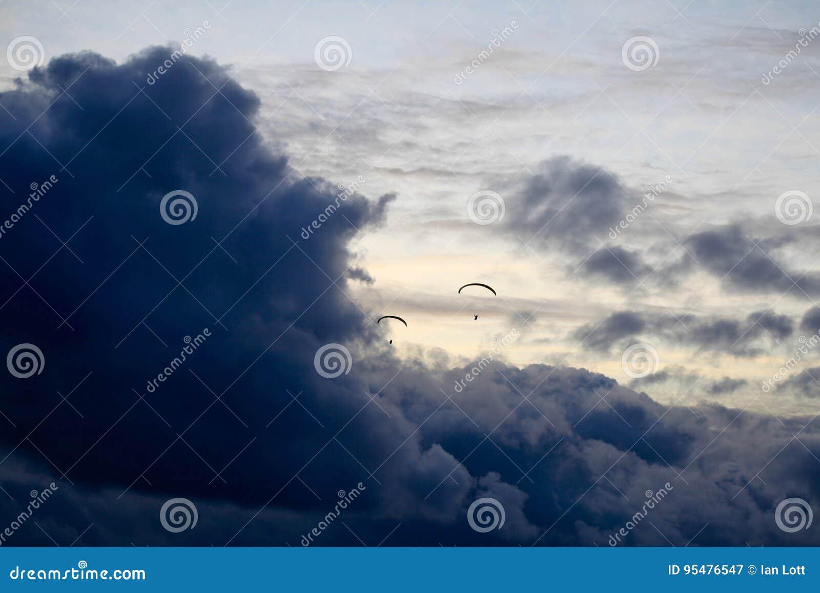 Hangliders wchodzić do burzę nad morzem