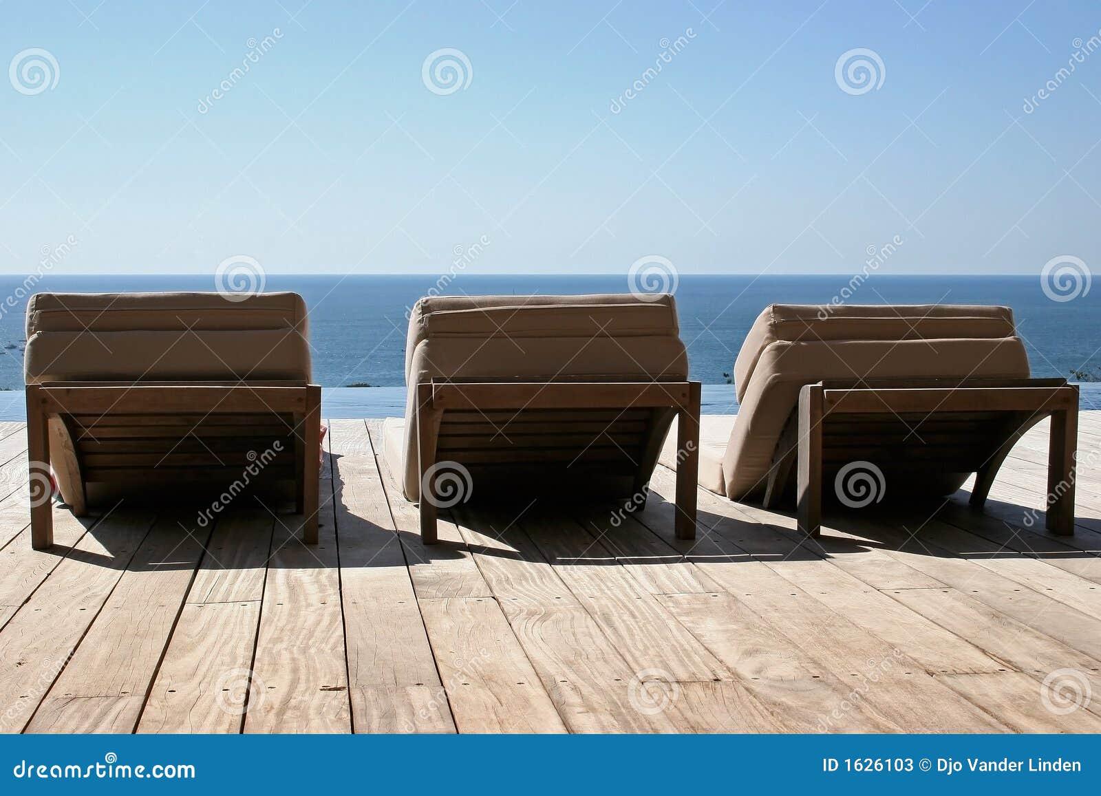 Hangmatten op houten terras stock foto 39 s afbeelding 1626103 - Terras hout ...