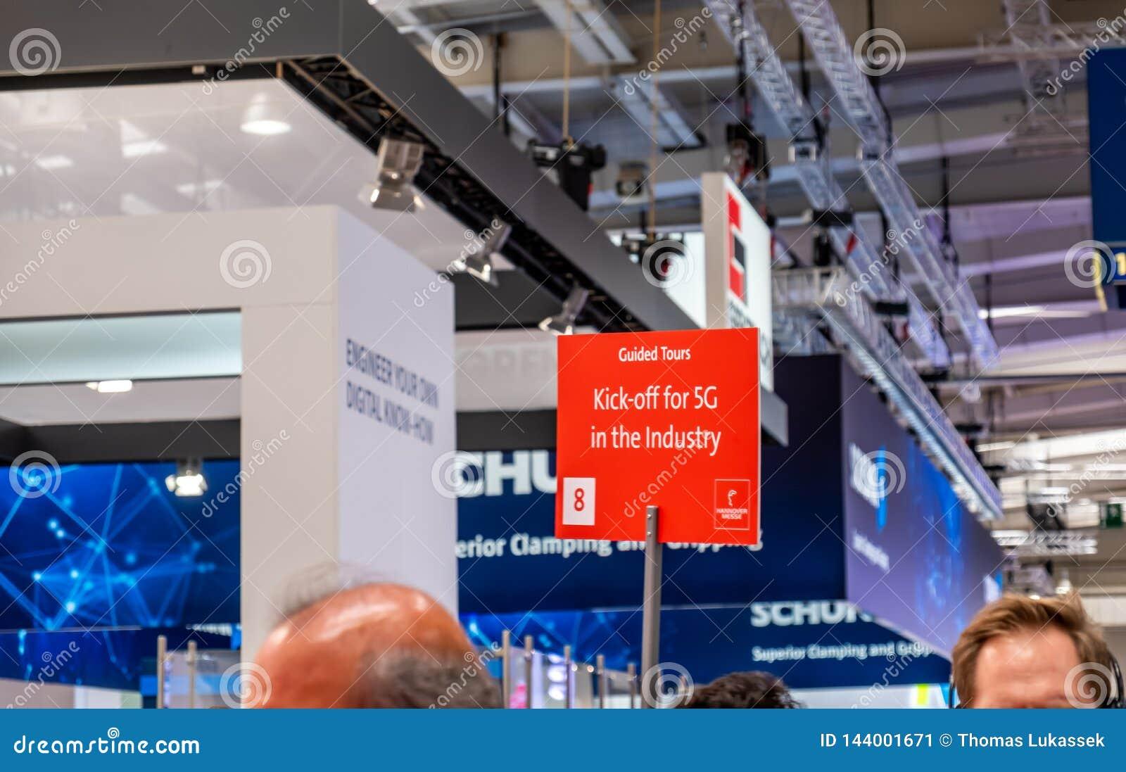 Hannover, Alemania - 2 de abril de 2019: La industria est? invitando para el saque de centro 5G