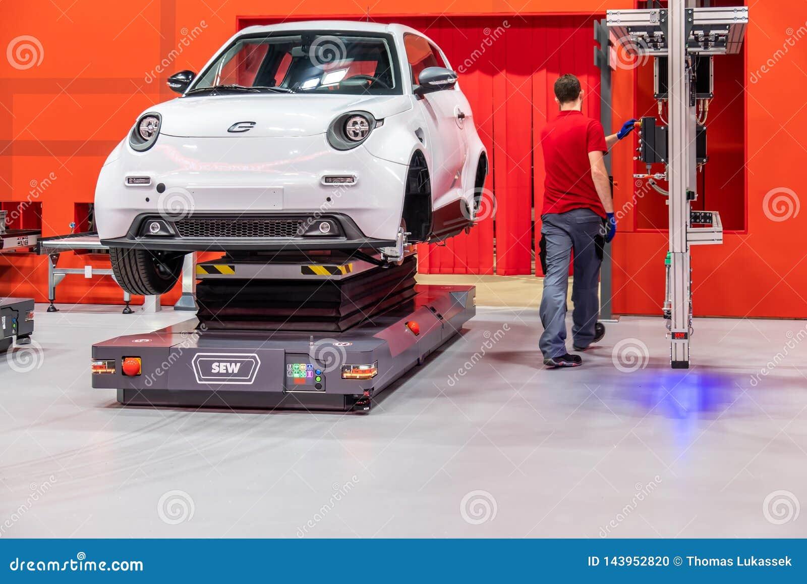 Hannover, Germania - 2 aprile 2019: CUCIA Eurodrive sta presentando la produzione di nuova E elettrica VA l automobile al