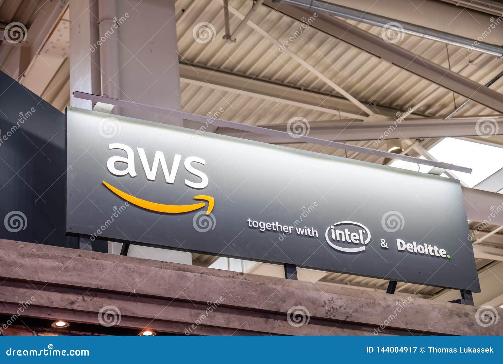Hannover, Germania - 2 aprile 2019: I web service di Amazon sta visualizzando le nuove innovazioni a Hannover Messe