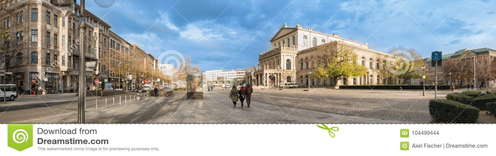HANNOVER, GERMANIA - 23 NOVEMBRE 2017: I pedestrants non identificati attraversano il posto di ganrd davanti al teatro dell opera