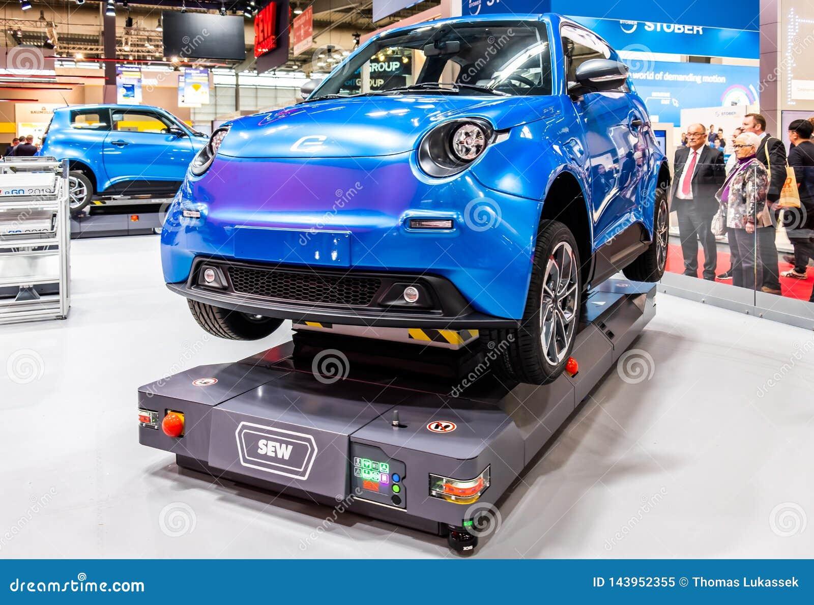 Hannover Niemcy, Kwiecień, - 02 2019: SZY Eurodrive przedstawia produkcję nowy elektryczny E IŚĆ samochód przy