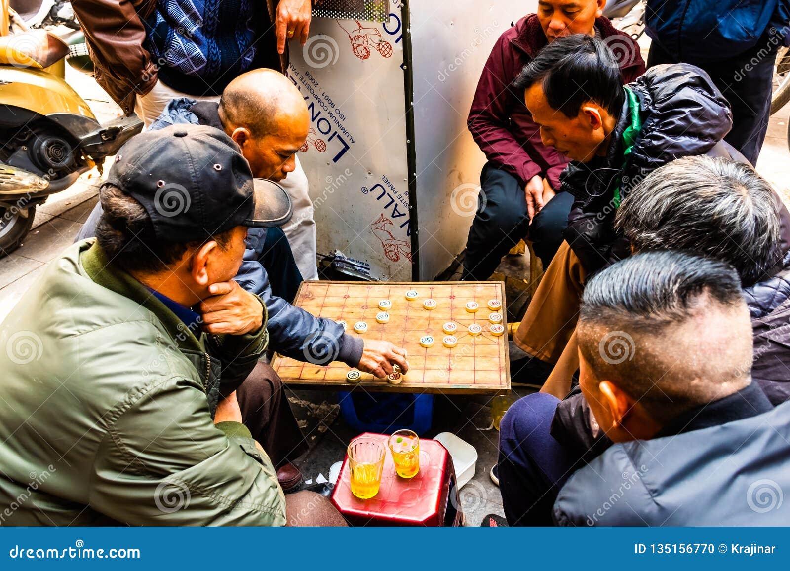 Hanoï, Vietnam - 13 février 2018 : Deux hommes jouant le jeu de société stratégique pour deux joueurs appelés entrent dans les ru